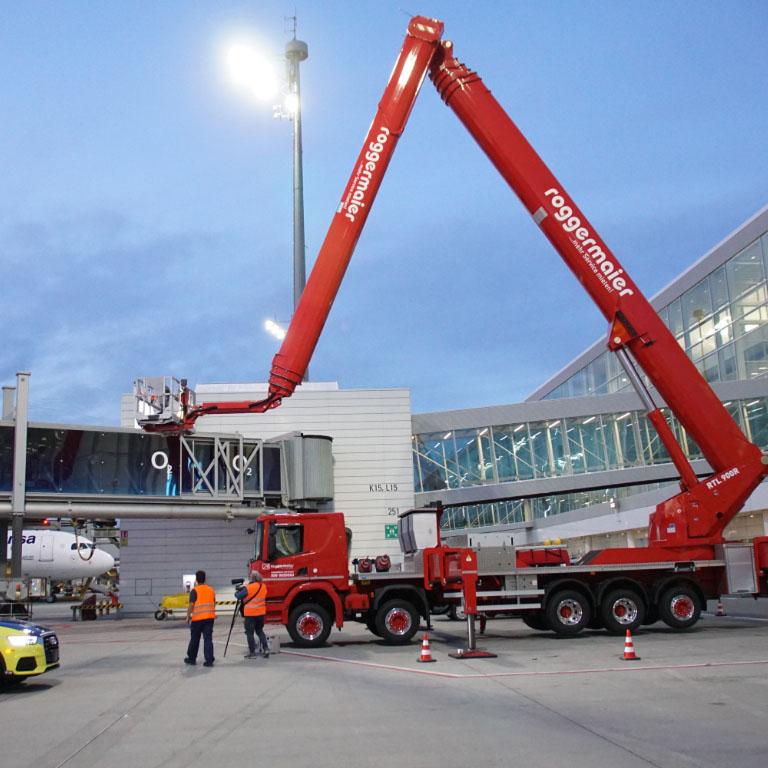 Arbeitseinsatz LKW Arbeitsbühne am Flughafen