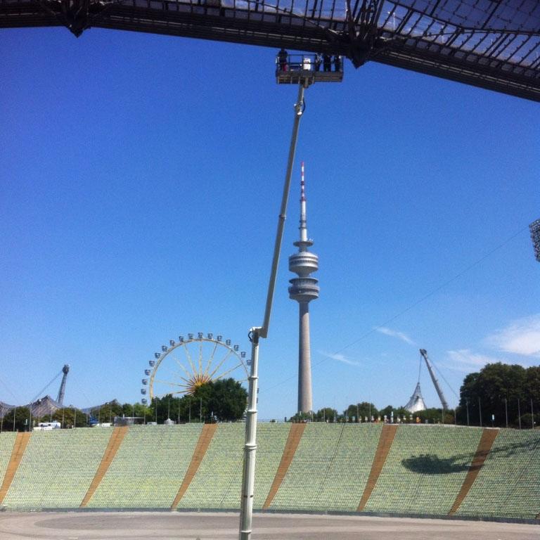 Arbeitseinsatz Olympiastadion LKW Arbeitsbühne