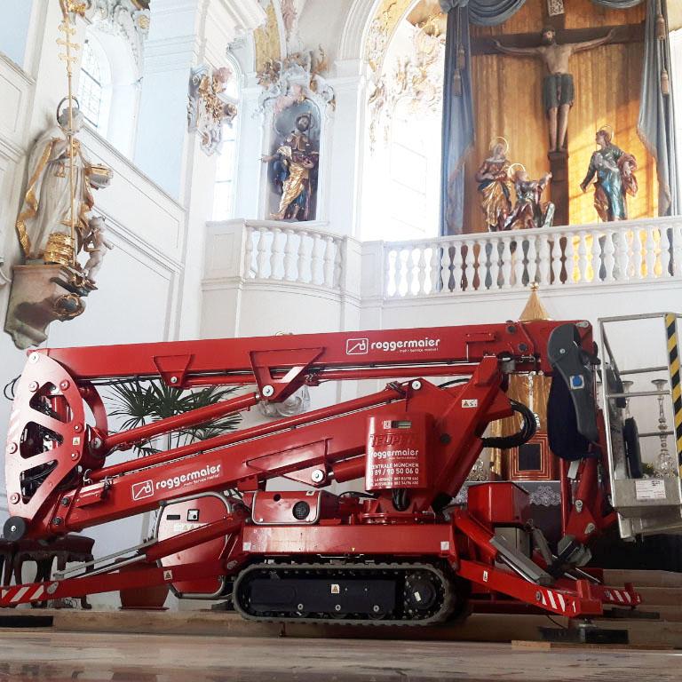 Raupenarbeitsbühne in einer Kirche