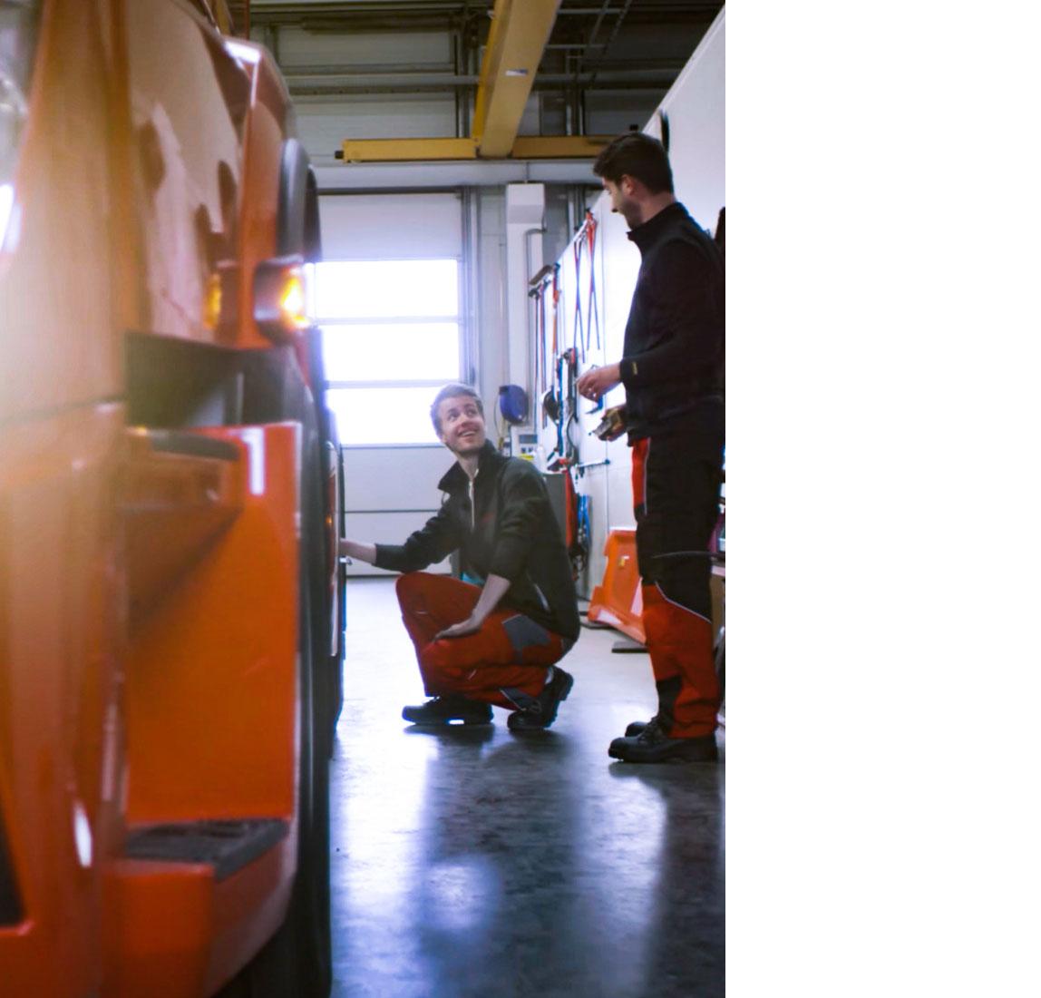 Servicemitarbeiter kniend in der Werkstatt